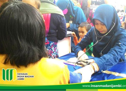 melly tim medis insan madani saat melayani pemeriksaan kesehatan