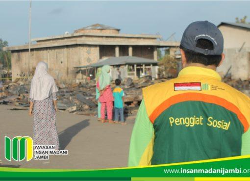 Penggiat sosial mensurvey lokasi kebakaran untuk memberikan bantuan kepada korban kebakaran
