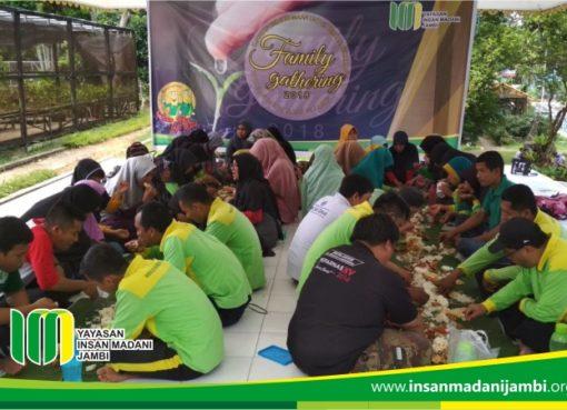 makan bersama pada saat gathering penggiat sosial insan madani