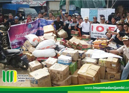 komunitas iof saat memberikan bantuan korban kebakaran