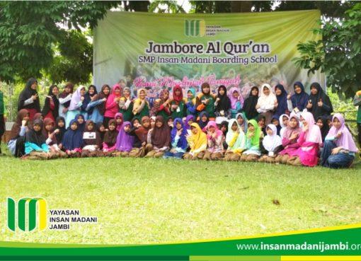 foto bersama penutupan kemah siswi SMP Insan Madani.