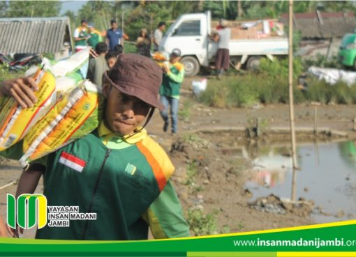 tim kemanusiaan Insan Madani mengantarkan bantuan .