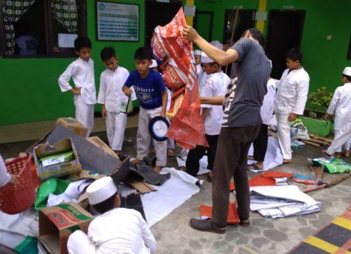 siswa dan guru kompak gotong royong
