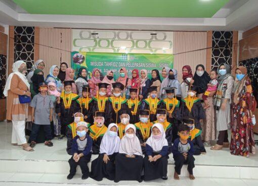 wisuda perlepasan siswa siswi RA Insan Madani